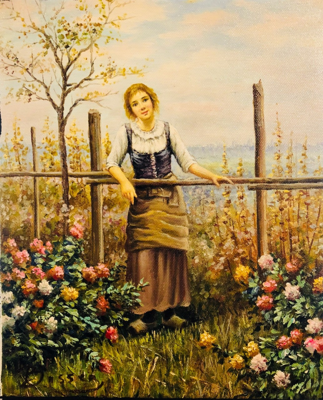 jeune fille contre la barrière à la campagne