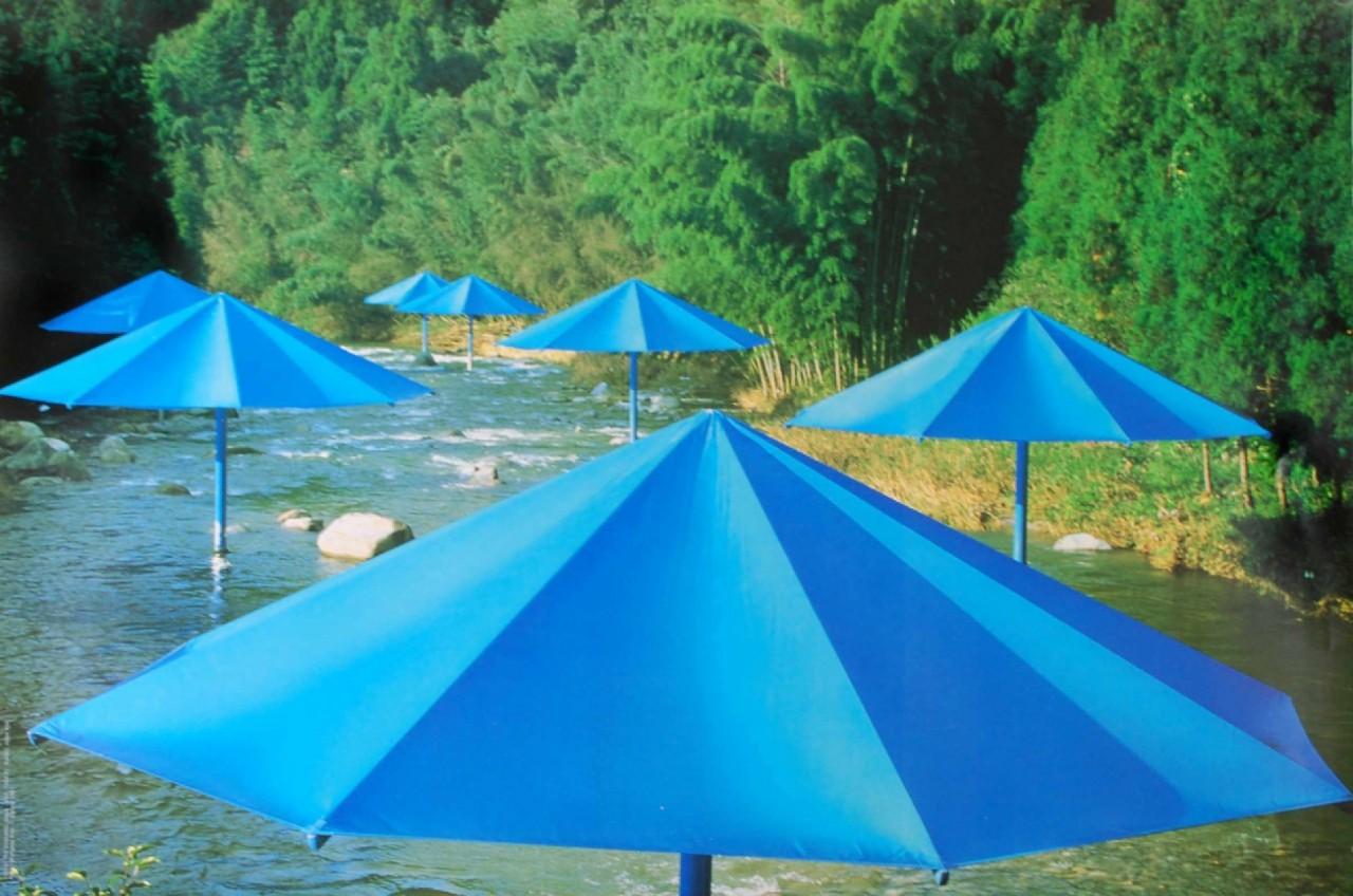 CHRISTO parasoleil bleu rivière